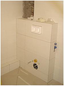 Zabudowany i wykafelkowany stelaż wc. Kolejny etap to montaż miski wiszącej i przycisku spłukiwania.