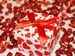 Jak pakować prezenty? Papiery, pudełka, woreczki satynowe…