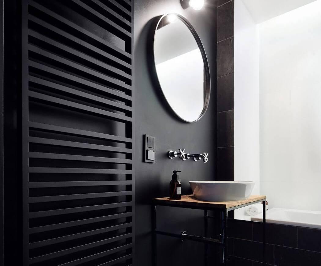 Czarne grzejniki w czarnej łazience